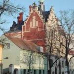 Rathaus Friedrichshagen mit grünem Haus